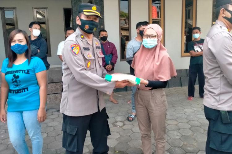 Polres Semarang bagikan beras bagi Seniman PAMMI